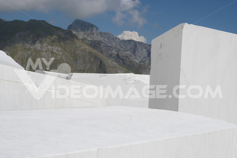 Deposito di marmi. Blocks of white Carrara marble deposited in a square near the quarries. Foto stock royalty free. - MyVideoimage.com | Foto stock & Video footage