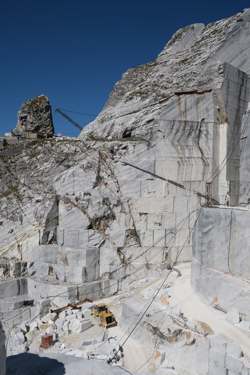 Derrick crane in a white marble quarry in the Apuan Alps. - MyVideoimage.com | Foto stock & Video footage
