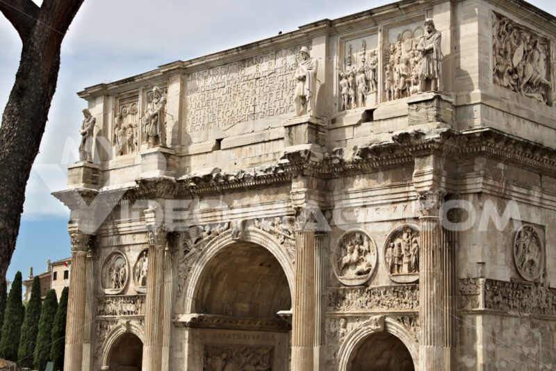 Detail of the Arch of Constantine. The arch is located near the Colosseum and is designed to commemorate the victory of Constantine against Maxentius. Città italiane. Italian cities.