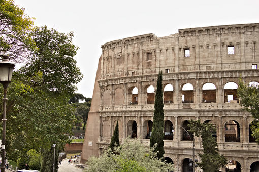 Detail of the Colosseum also called the Flavian Amphitheater. The construction is made of travertine marble. Roma foto. - LEphotoart.com