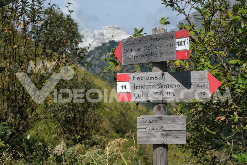 Direction arrows on the mountain path. Signage on the trails of the Apuan Alps mountains in Alta Versilia. Stock photos. - MyVideoimage.com   Foto stock & Video footage