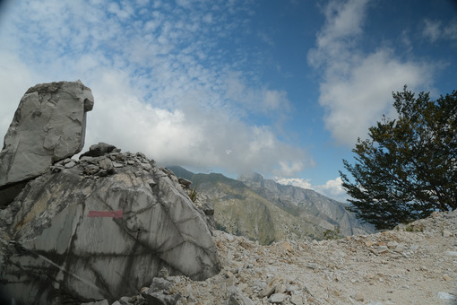 Dirt road in a marble quarry. Dirt road in the marble quarries on the mountains of the Apuan Alps. Stock photos. - MyVideoimage.com | Foto stock & Video footage