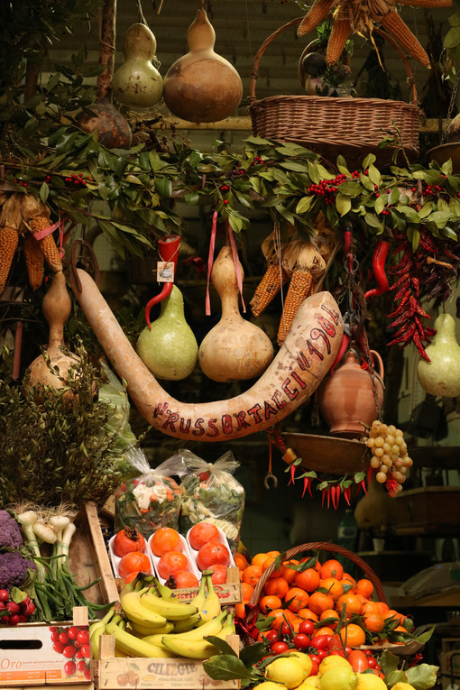 Display of fruit and vegetables in a shop in the historic center of Naples. - MyVideoimage.com