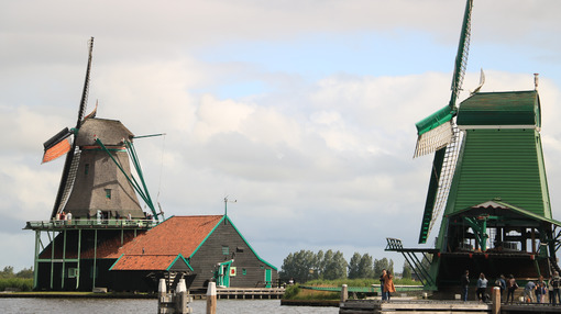 Dutch windmills. Windmills of Zaanse Schans, near Amsterdam. The structures were - MyVideoimage.com | Foto stock & Video footage