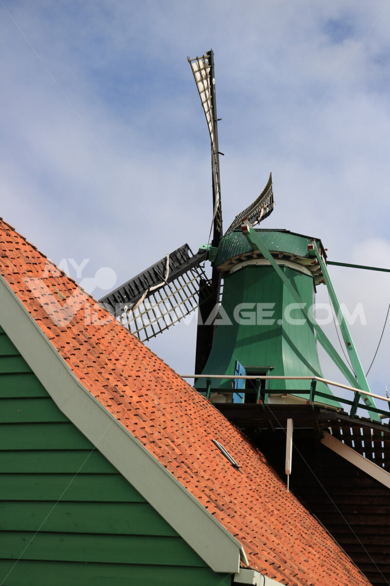 Energia pulita. Windmills of Zaanse Schans, near Amsterdam. The structures were - MyVideoimage.com | Foto stock & Video footage