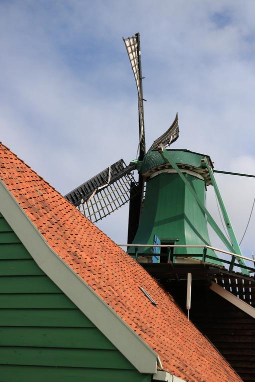 Energia pulita. Windmills of Zaanse Schans, near Amsterdam. The structures were - MyVideoimage.com | Foto stock & Video footage