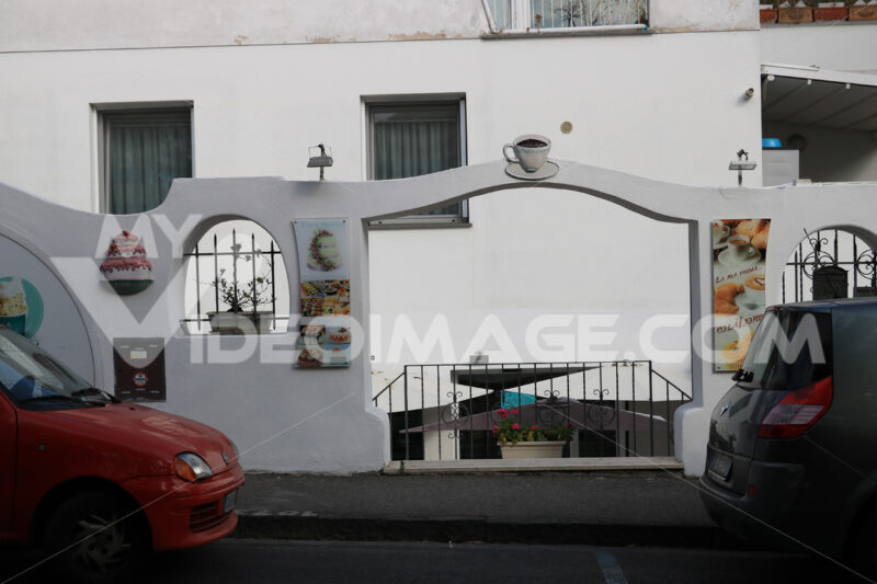 Entrance to the street of a bar in southern Italy. Whitewashed b - MyVideoimage.com | Foto stock & Video footage