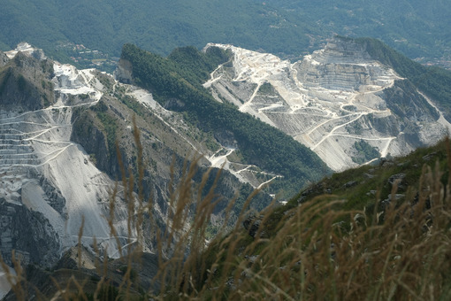 Environment destruction. Panorama of the Carrara marble quarries on the Apuan Alps in Tuscany. - MyVideoimage.com | Foto stock & Video footage