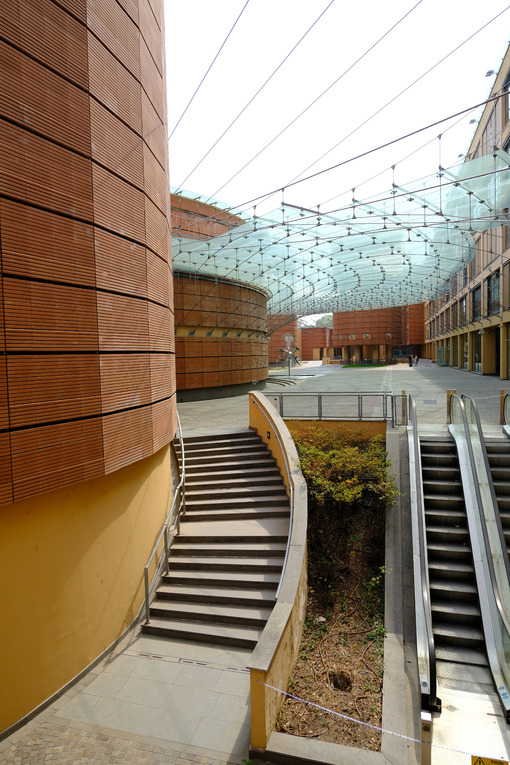 Escalators in modern building with glass cover. - MyVideoimage.com | Foto stock & Video footage