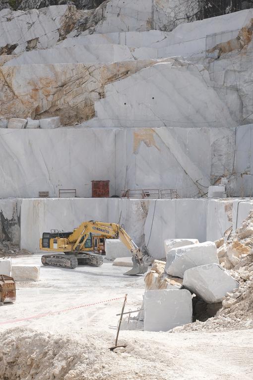 Escavatore cingolato in cava di marmo vicino Carrara. Crawler excavator in a marble quarry near Carrara. Foto stock royalty free. - MyVideoimage.com | Foto stock & Video footage