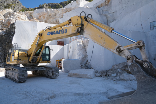 Escavatore cingolato in cava di marmo. Crawler excavator in a marble quarry near Carrara. Foto stock royalty free. - MyVideoimage.com | Foto stock & Video footage