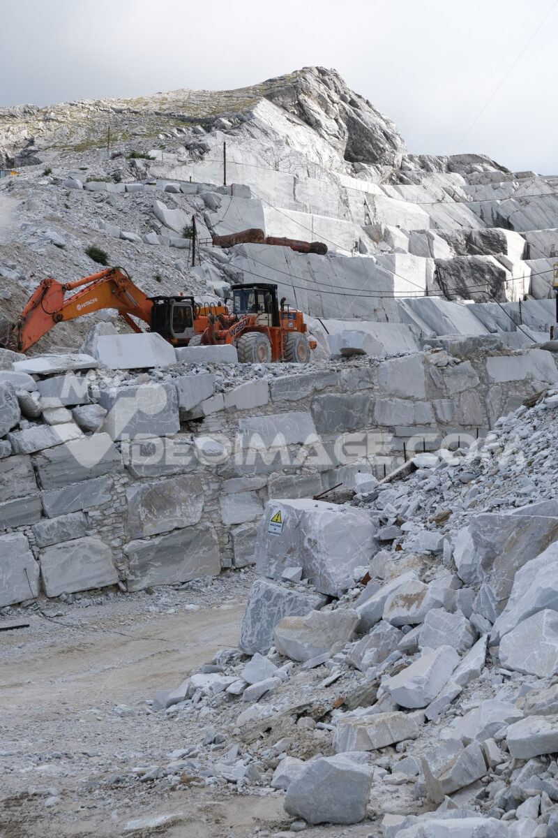 Escavatore in cava di marmo. Wheel loader in a white marble quarry near Carrara. Foto stock royalty free. - MyVideoimage.com | Foto stock & Video footage