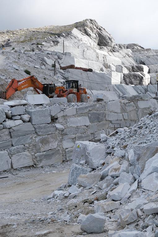 Escavatore in cava di marmo. Wheel loader in a white marble quarry near Carrara. Foto stock royalty free. - MyVideoimage.com | Foto stock & Video footage