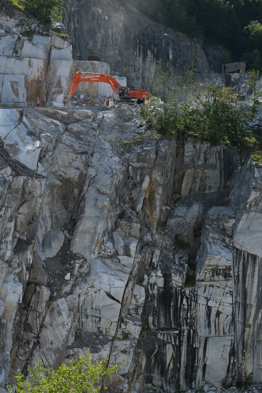 Escavazione del marmo sulle Alpi Apuane. Marble excavation on the Apuan Alps in Tuscany. Foto stock royalty free. - MyVideoimage.com | Foto stock & Video footage