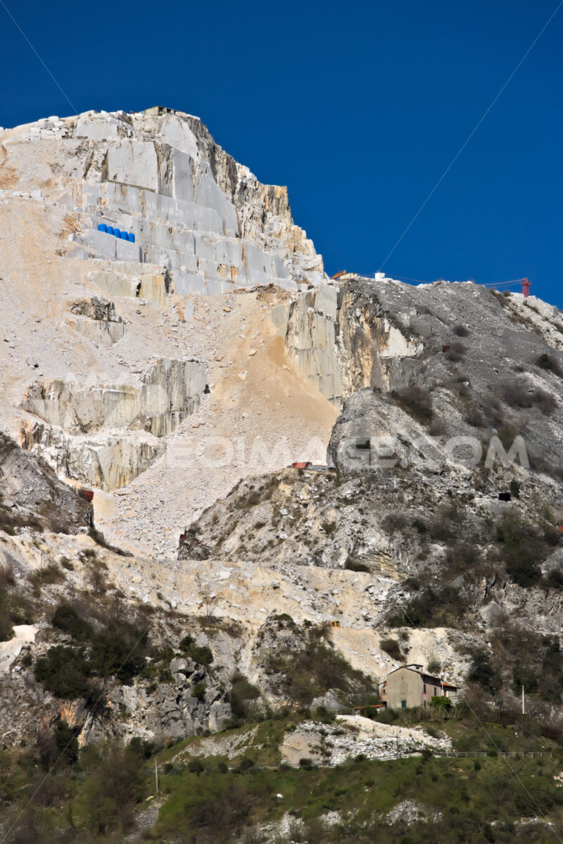 Escavazione del marmo. Apuan Alps, Carrara, Tuscany, Italy. March 28, 2019. A quarry of - MyVideoimage.com | Foto stock & Video footage