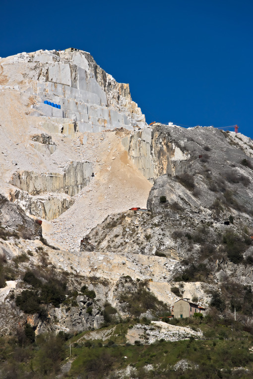 Escavazione del marmo. Apuan Alps, Carrara, Tuscany, Italy. March 28, 2019. A quarry of - MyVideoimage.com | Foto stock & Video footage