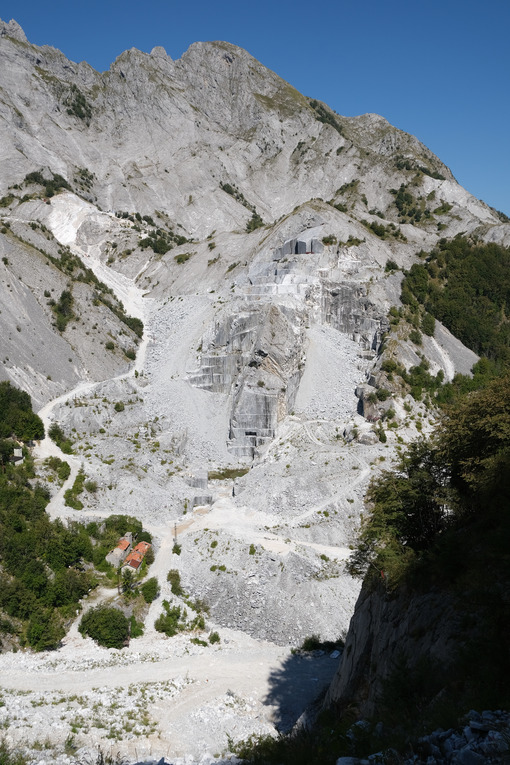 Escavazione marmo. Marble quarries in the Apuan Alps between Monte Pisanino and Monte Cavallo. Foto stock royalty free. - MyVideoimage.com | Foto stock & Video footage