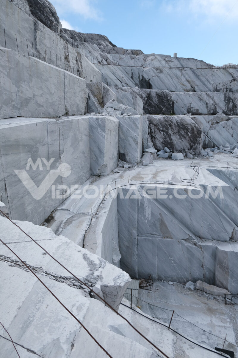 Estrazione marmo bianco. White marble quarries on the Apuan Alps in Tuscany. Foto stock royalty free. - MyVideoimage.com | Foto stock & Video footage