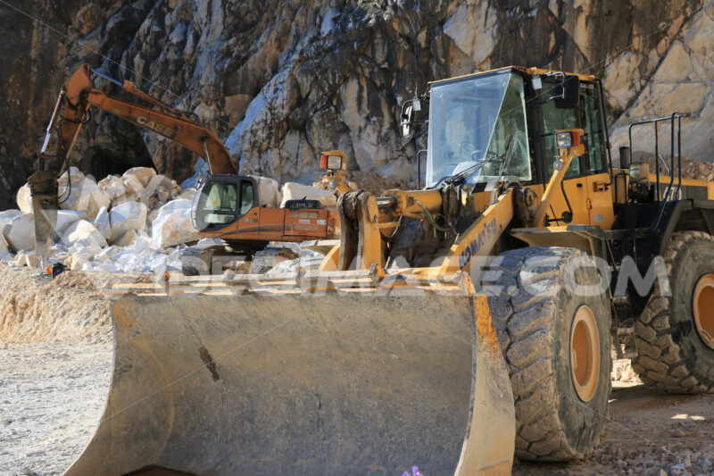 Excavator and a bulldozer in a Carrara marble quarry. Cave marmo. - LEphotoart.com
