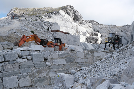 Excavator in marble quarry. Wheel loader in a white marble quarry near Carrara. Stock photos. - MyVideoimage.com | Foto stock & Video footage