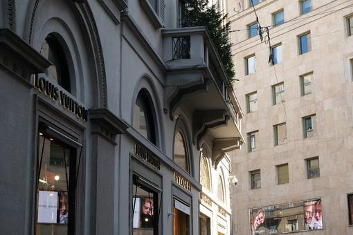 Facade of the Bulgari and Louiss Vuitton boutiques in via Monten - MyVideoimage.com