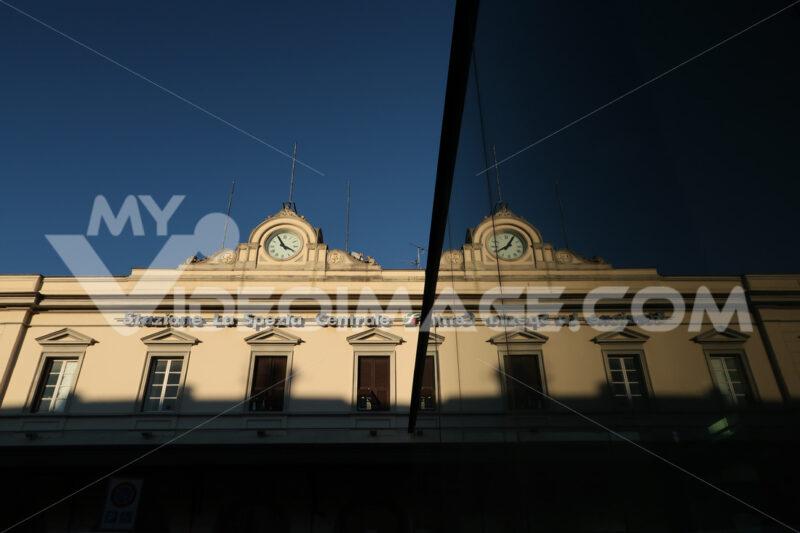 Facade of the La Spezia railway station with clock. Reflection of the mirror glass facade. - MyVideoimage.com