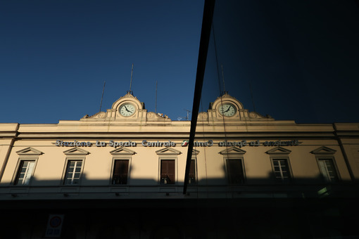 Facade of the La Spezia railway station with clock. Reflection of the mirror glass facade. - MyVideoimage.com