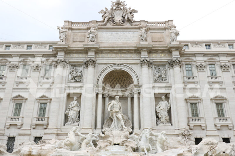Fontana di Trevi con sculture barocche. Trevi Fountain with baroque sculptures in travertine marble. - MyVideoimage.com | Foto stock & Video footage