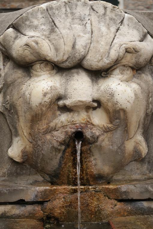 Fountain with carved Carrara marble mask. Fotografia stock royalty-free - LEphotoart.com