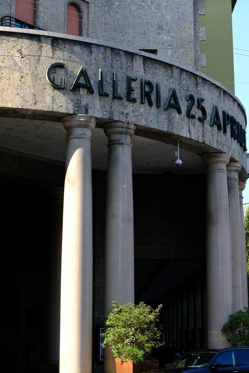 Galleria 25 aprile, Cremona. Fascist style building facade with columns. Foto stock royalty free. - MyVideoimage.com | Foto stock & Video footage