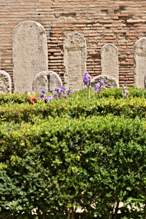 Garden with boxwood hedges and Roman tombstones in white marble. Roma foto. - LEphotoart.com