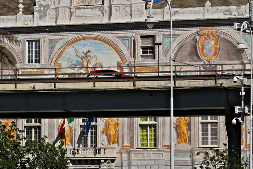 Genoa, Italy. 04/05/2019. The elevated road and in the background Palazzo San Giorgio. - MyVideoimage.com | Foto stock & Video footage