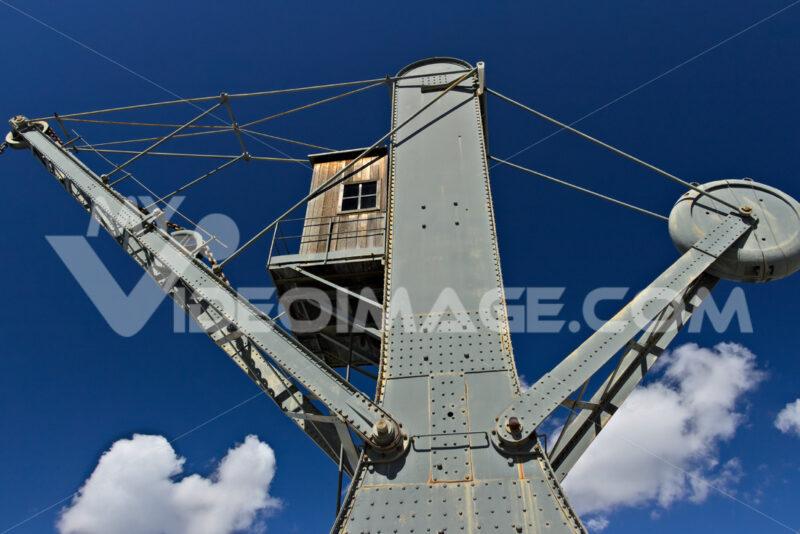 Genoa. Ancient crane at the port - MyVideoimage.com | Foto stock & Video footage