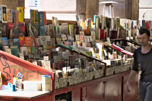 Genoa. Bank of used books in Piazza Colombo. - MyVideoimage.com | Foto stock & Video footage