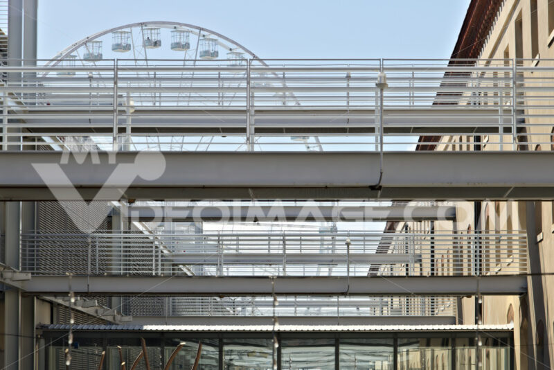 Genoa. Ferris wheel and pedestrian walkways. - MyVideoimage.com   Foto stock & Video footage