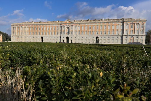 Giardino Caserta. Caserta, Italy. 27/10/2018. The external facade of the palace of Caserta. In the foreground the boxwood plants of the apio garden. - MyVideoimage.com | Foto stock & Video footage