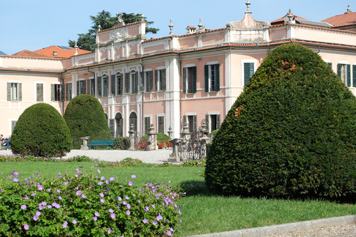 Giardino italiano. Garden with bushes of the villa in the Estense Park of Varese - MyVideoimage.com | Foto stock & Video footage