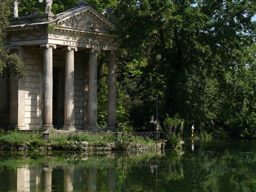 Greek temple of Aesculapius overlooking the lake of Villa Borghese. Roma foto. - LEphotoart.com