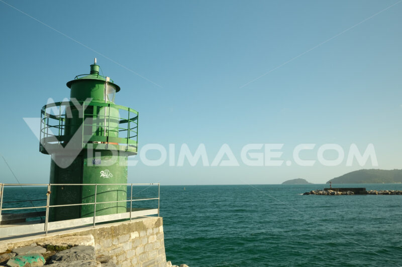Green lighthouse. Lighthouse on the dike of the port of La Spezia.  Stock photos. - MyVideoimage.com | Foto stock & Video footage
