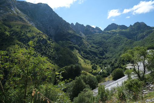 Green mountains. Apuan Alps mountains in Tuscany, green vegetation and blue sky with clouds. Stock photos. - MyVideoimage.com | Foto stock & Video footage