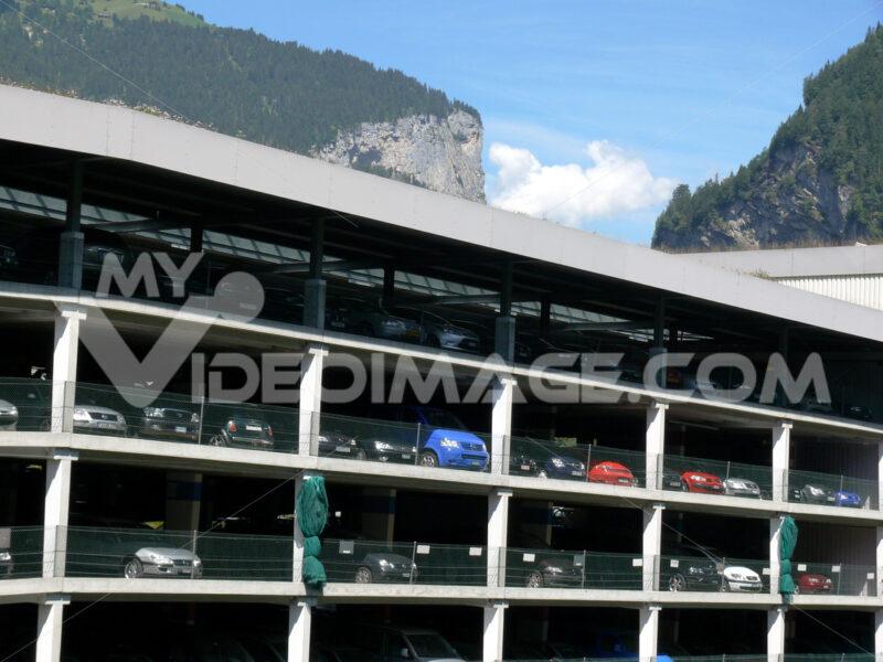 Grindelwald, Switzerland. 08/07/2009. Parking for multi-storey cars. Foto automobili. Cars photos.