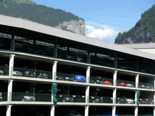 Grindelwald, Switzerland. 08/07/2009. Parking for multi-storey cars. Foto automobili. Cars photos.