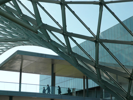 Group of business people at the Milan fair. Modern architecture in glass and steel. - MyVideoimage.com