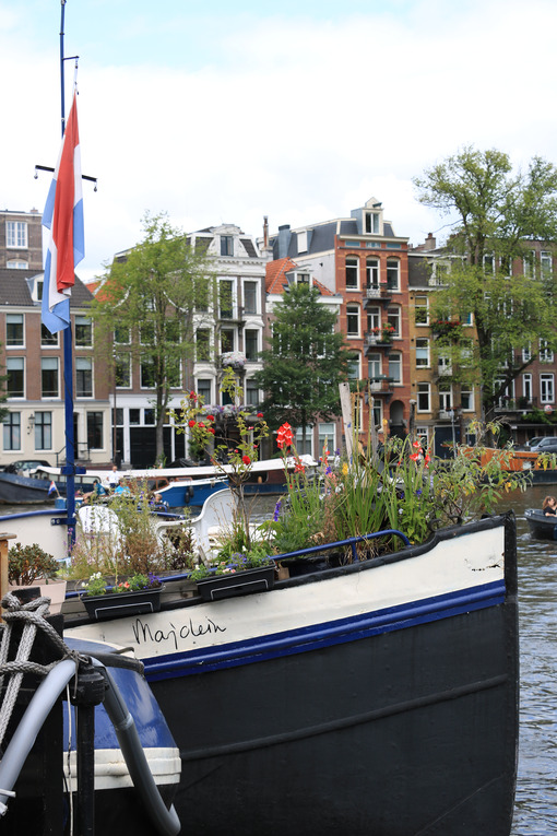 Houseboats in an Amsterdam canal. Boats converted into dwellings. Amsterdam foto. Amsterdam photo