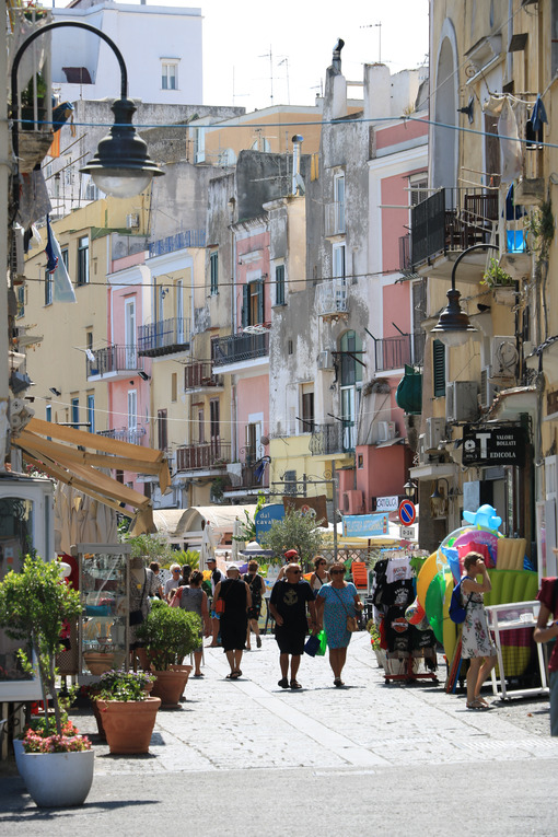 Houses with colored facades. Village of Procida, Mediterranean Sea, near Naples. The characte - MyVideoimage.com | Foto stock & Video footage