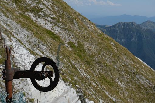 Iron wheel on the mountain. Alpine panorama on the Apuan Alps in Alta Versilia. Monte Corchia. Stock photos. - MyVideoimage.com | Foto stock & Video footage