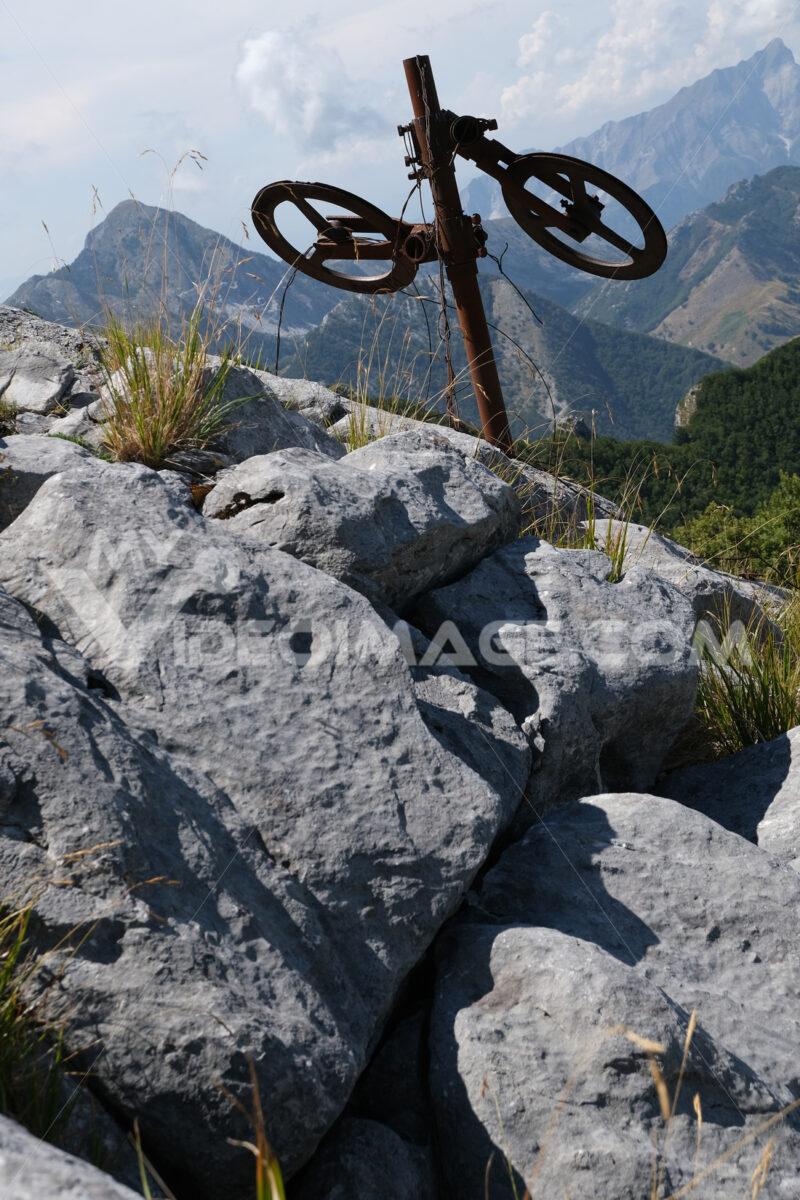 Iron wheels on the mountain. Alpine panorama on the Apuan Alps in Alta Versilia. Monte Corchia. Stock photos. - MyVideoimage.com | Foto stock & Video footage