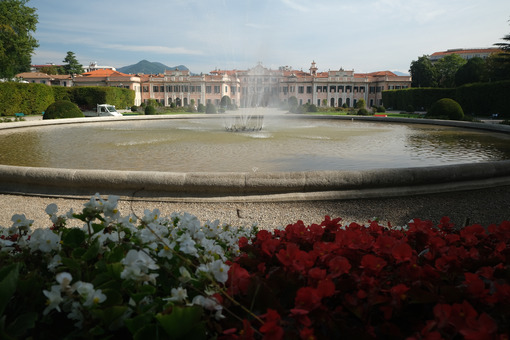 Italian garden. Fountain with water jets in the Estense Park in Varese - MyVideoimage.com | Foto stock & Video footage