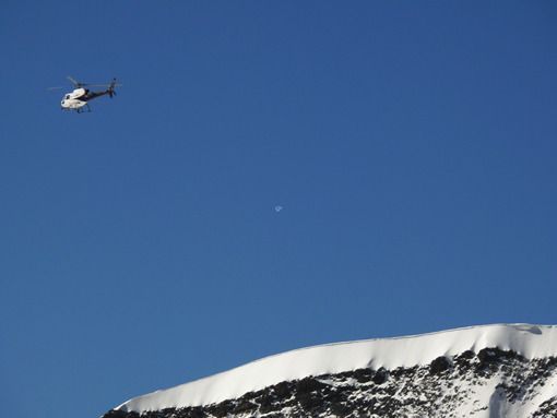 Jungfrau, Switzerland. 08/06/2009. A helicopter flies over the mountain . Foto Svizzera. Switzerland photo