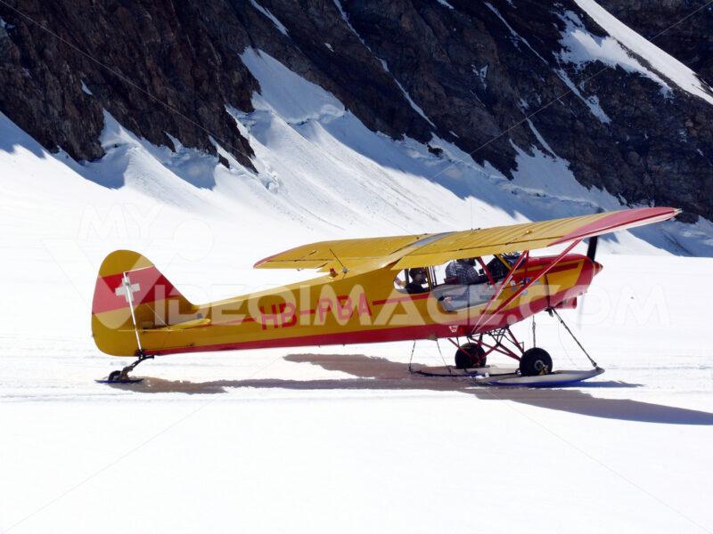 Jungfrau, Switzerland. 08/06/2009. Plane landed on the jungfrauj. Foto aereo. Airplane photos